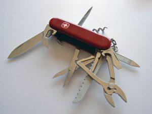 赤いスイスアーミーナイフ 300x225 - キャンパーの相棒、スイスアーミーナイフの背景