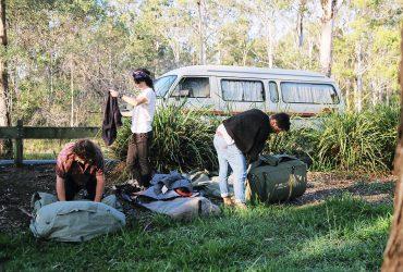 キャンプ荷物 370x250 - キャンピングカーに泊まる時のコツを紹介