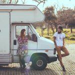 男と女のトラックの上に横たわる 150x150 - 【初心者向け】キャンピングカー所有者が知っておくべき10のこと