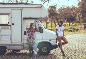 男と女のトラックの上に横たわる 300x205 - 男と女のトラックの上に横たわる