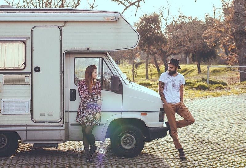 男と女のトラックの上に横たわる - 【初心者向け】キャンピングカー所有者が知っておくべき10のこと
