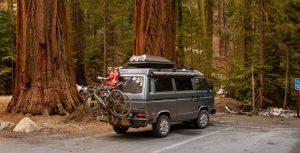 道路上の灰色のバン 300x153 - 道路上の灰色のバン