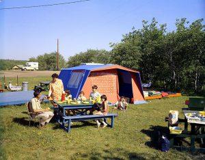 家族キャンプ 300x234 - キャンピングカーに泊まる時のコツを紹介