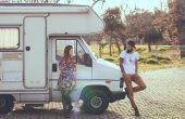 男と女のトラックの上に横たわる 170x110 - 【初心者向け】キャンピングカー所有者が知っておくべき10のこと