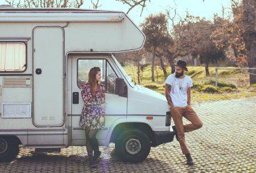 男と女のトラックの上に横たわる 370x250 - 【初心者向け】キャンピングカー所有者が知っておくべき10のこと