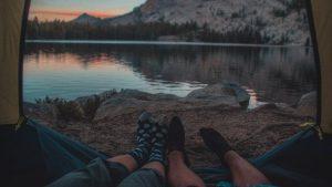 自然の中でキャンプ 300x169 - 一度は行ってみていたい、世界で最も人気なキャンプ場